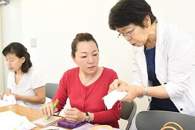 講習は先生が生徒さんの席をまわりながら各自の進行具合に合わせて指導し、ご質問にお応えするスタイルです。ひとりひとりの進み具合に合わせて丁寧にご指導できることが特徴です。